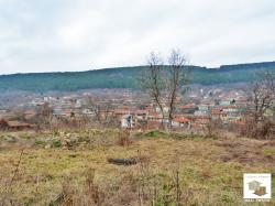 Regulated plot to an asphalt road with panoramic view located in the village of Prisovo