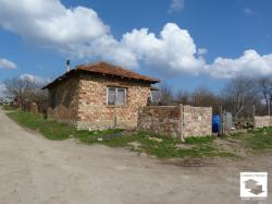 Big plot with brick building suitable for animal husbandry, located in the village of Belyakovets