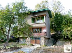 Spacious two-bedroom house to renovate with a garage in the village of Voneshta voda, 30 min drive from Veliko Tarnovo