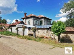 Two-storey house with flat garden in the village of Gorna Lipnitsa, 35 km away from Veliko Tarnovo